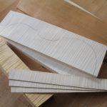 Die Wahl des Holzes ist getroffen. Von links unten nach rechts oben: Halsklotz, Zargen, Boden ('geflammter' Bergahorn) und Decke (Fichte)