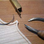 Den Adergraben schneide ich mit dem Adergrabenschneider (Doppelmesser mit Anschlag, oben) vor und vertiefe mit einem Schnitzmesser die feinen Einschnitte. Dann nehme ich das Holz zwischen diesen Einschnitten mit dem Ausheber (Mitte rechts) heraus